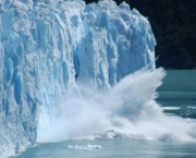 A huge piece of ice breaking off the 80m high Glaciar Perito Moreno, El Calafate, Argentina
